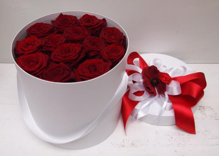 Купить розы в шляпной коробке.