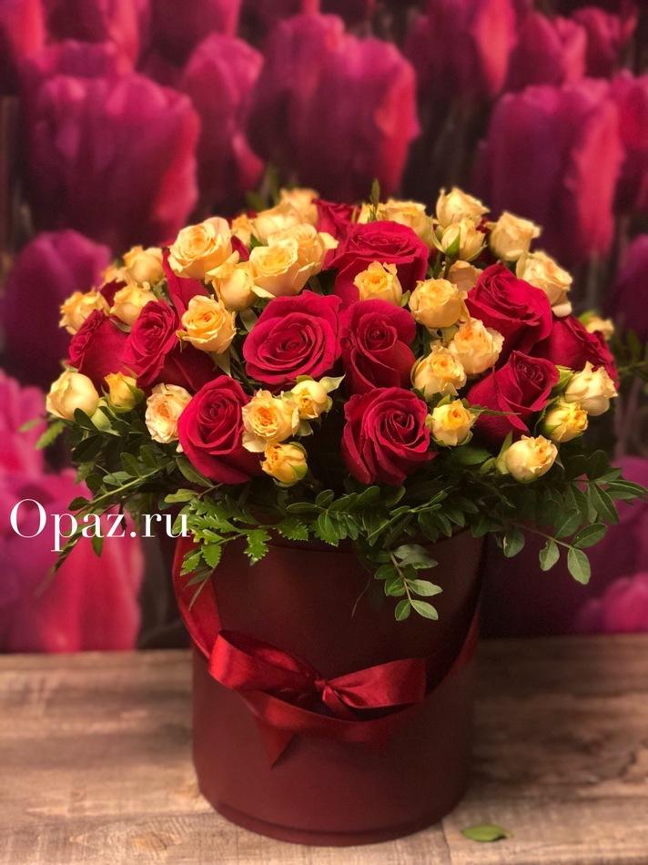 Роза микс 2х цветов в красной шляпной коробке