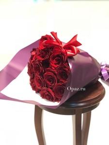 Букет из 15 красных роз в упаковке