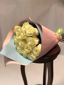 15 роз Эквадор белая роза крупный бутон 50 см в оформлении