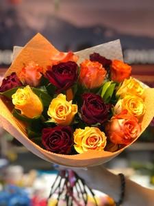 15 роз Кения микс широкое бокальное раскрытие в оформлении