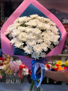Букет из 11 белых кустовых хризантем в оформлении