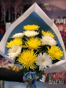 Букет из 11 белых и желтых стандартных хризантем в оформлении