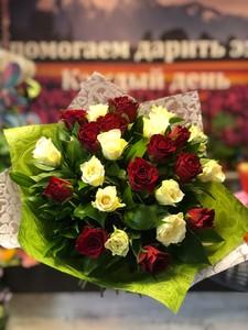 25 бело-красных роз Кения 40см