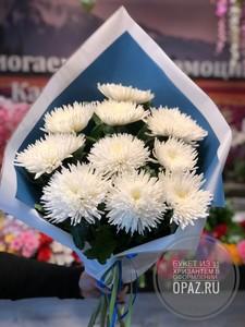 Букет из 11 белых стандартных хризантем в оформлении