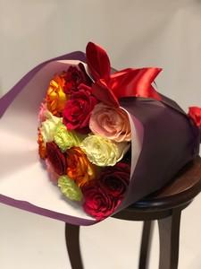 15 роз Эквадор микс крупный бутон 50 см в оформлении.